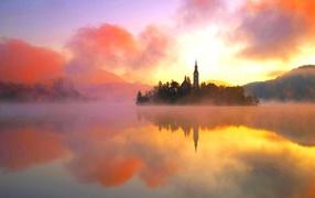 Остров на озере в тумане