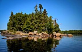 Поросший лесом остров
