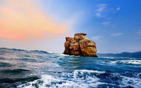 Каменная скала в море