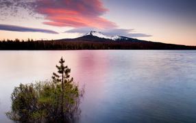 Белая гора за озером