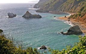 Скалы на море