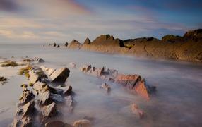 Острые скалы в море