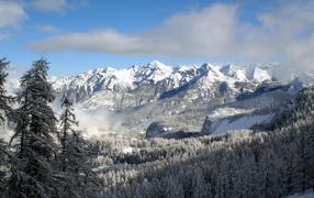 Заснеженные весенние горы