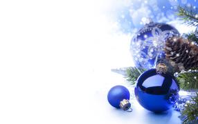 Синие шары на елке