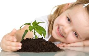 Ребенок сажает цветок