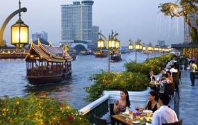 Кафе на берегу реки в Таиланде