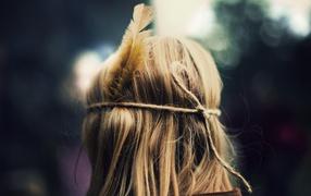 Голова с пером в волосах