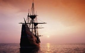Парусник идет на закат солнца