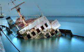 Затонувший морской корабль