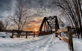 Мост над рекой зимой
