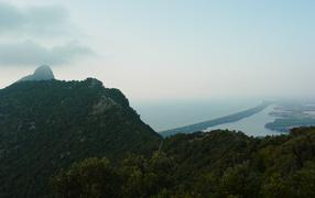 Холм над заливом на курорте Сабаудия, Италия