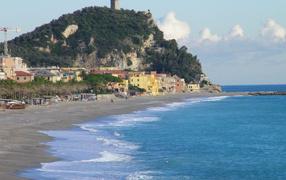 Гора на побережье на курорте Финале Лигуре, Италия