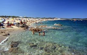 Весенний отдых на пляже на курорте Коста Смеральда, Италия