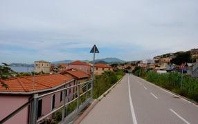 Дорога на побережье в Санто Стефано аль Маре, Италия