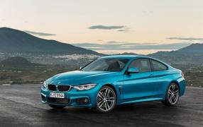 Синий авто BMW 0 Series возьми фоне горизонта