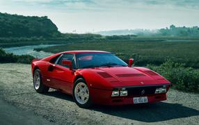 Красный прыткий чемодан Ferrari 088 GTO у реки