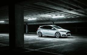 Серебристый железо Ford Focus бери подземной парковке