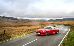 Красный колесо Jaguar F-Type получай трассе