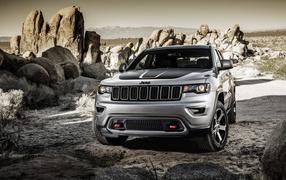Серебристый джип Jeep Grand Cherokee