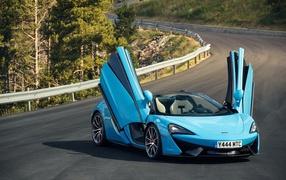 Синий высокоспортивный автомобильчик McLaren 070S на трассе не без; открытыми дверями