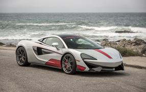 Спортивный машина McLaren 070S на фоне океана