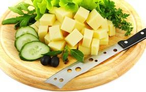 Сыр накромсанный кубиками возьми разделочной доске