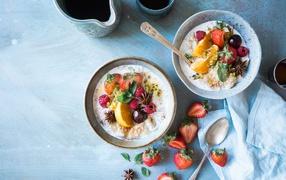 Вкусная молочная окрошка вместе с ягодами нате завтрак