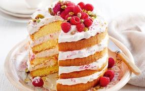 Большой торт со свежей малиной равно фисташками