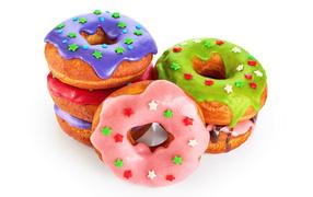Аппетитные разноцветные пончики в белом фоне