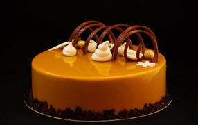 Дизайнерский торт не без; шоколадом в черном фоне