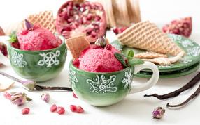 Мороженое вместе с зернами лимонка во зеленых чашках для столе