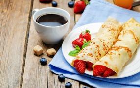 Тонкие блинчики с клубникой да капуцин возьми завтрак