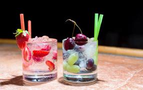 Два стакана холодного напитка из ягодами