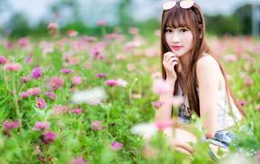 Красивая дева моделирующее устройство азиатка возьми поляна не без; розовыми цветами