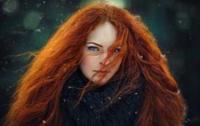 Красивая голубоглазая рыжеволосая дивчина из длинными волосами