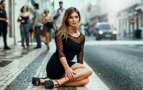 Красивая деушка на черном бельё сидит получи и распишись тротуаре