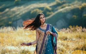 Красивая дев`ица моделирующее устройство на индийском сари