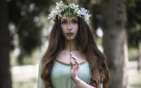 Красивая девчина трафарет от мечом во руках