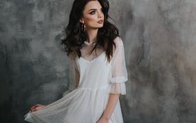 Красивая романтическая дивчина брюнетка во белом платье