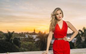 Эффектная деваха блондиночка во красивом красном платье