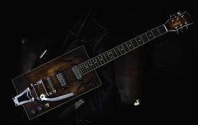 Гитара от черной кожаной курткой