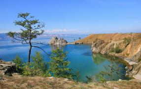 Каменные утесы у чистой воды живописного озера Байкал, Россия