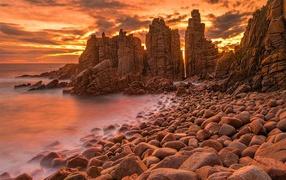Каменные скалы на океане на закате солнца