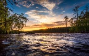 Восход летнего солнца надо быстрой рекой