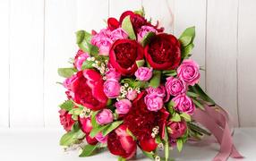 Красивый связка розовых роз  со красными тюльпанами