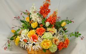 Большой запах цветов во плетеной корзине