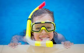 Маленькая дев`онька во маске от трубкой плавает на бассейне