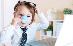 Маленький мальчуга во деловом костюме да  со чашкой