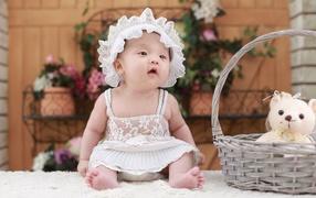 Маленькая девча во белом убор не без; медвежонком во корзине
