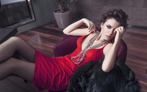 Красивая турецкая киноартистка Башак Парлак на красном платье